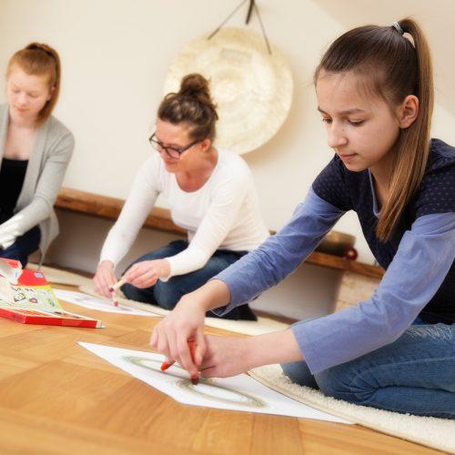 Gruppenübung liegende Acht mit Kindern und Jugendlichen